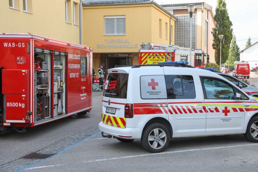 Gefahrstoffeinsatz nach Schwefelsäureaustritt im Hallenbad der Volksschule in Gunskirchen