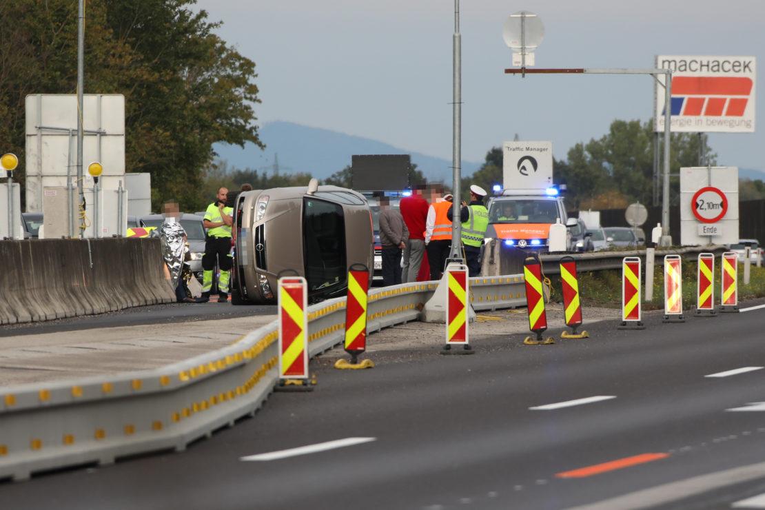 Auto kippt bei Unfall auf die Seite - Längerer Stau auf der Welser Autobahn