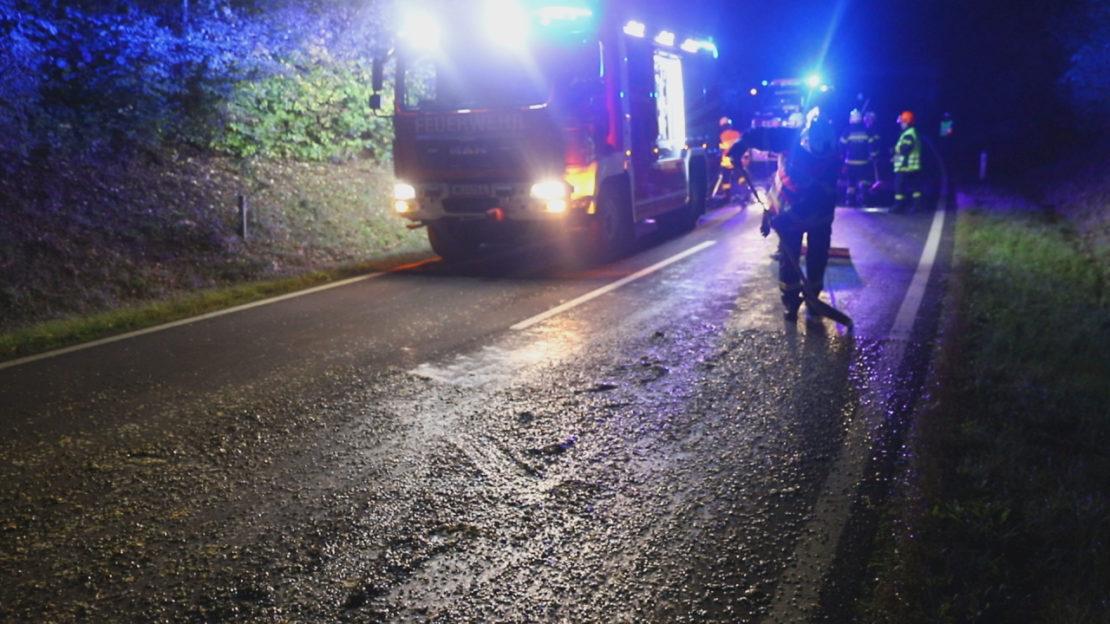 Kürbiskerne auf Straße verteilt: Traktorlenker verlor während Fahrt einen Teil der Ladung
