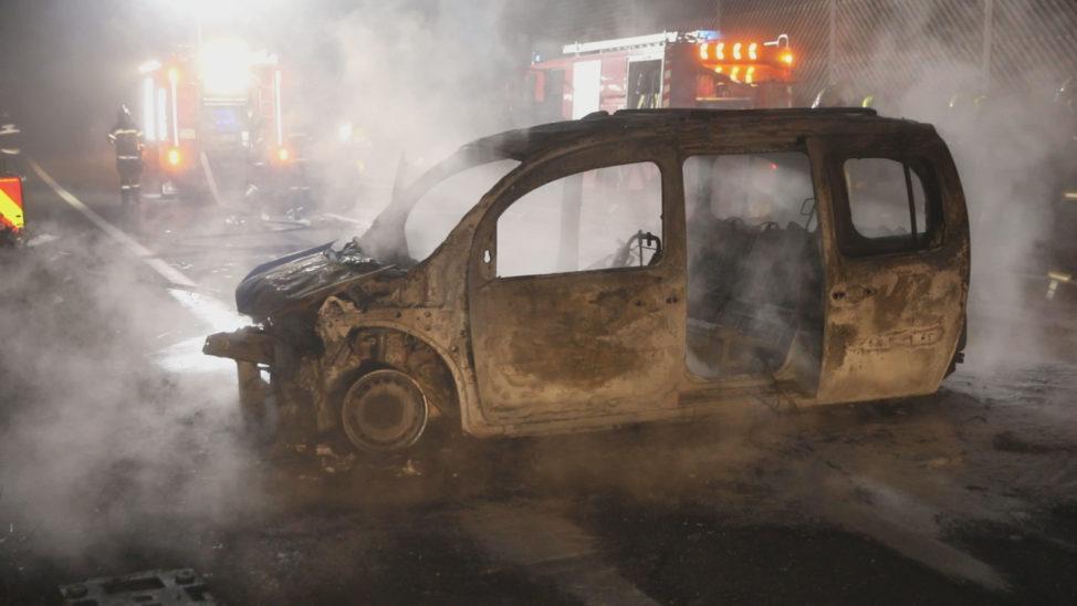 Vollbesetztes Auto kracht auf Autobahn in Wels-Oberthan gegen Anpralldämpfer und geht in Flammen auf