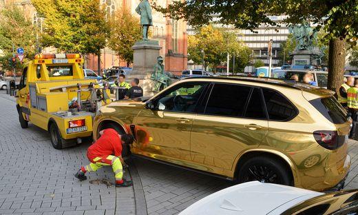 Goldener BMW abgeschleppt