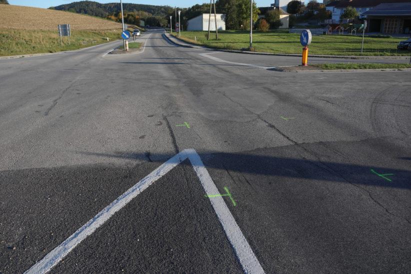 Kreuzungscrash zwischen zwei Autos in Bachmanning fordert eine verletzte Person