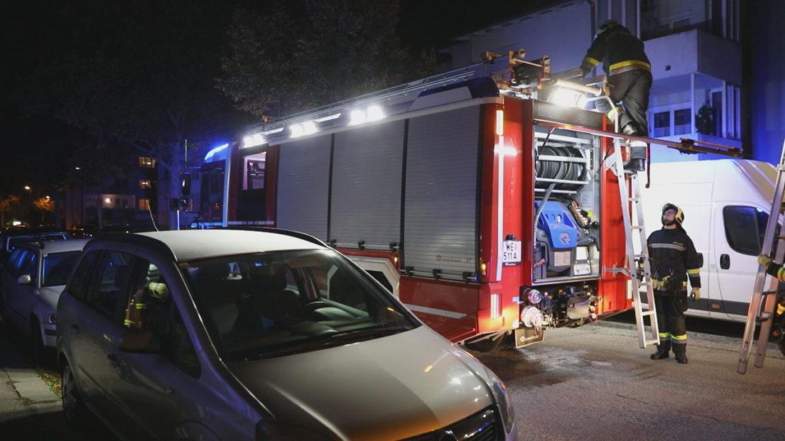 Brand am Balkon eines Hochhauses in Wels-Neustadt sorgt für Einsatz der Feuerwehr