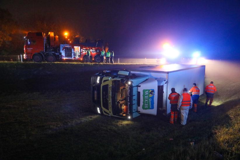 LKW auf Abfahrt von der Welser Autobahn bei Marchtrenk umgestürzt